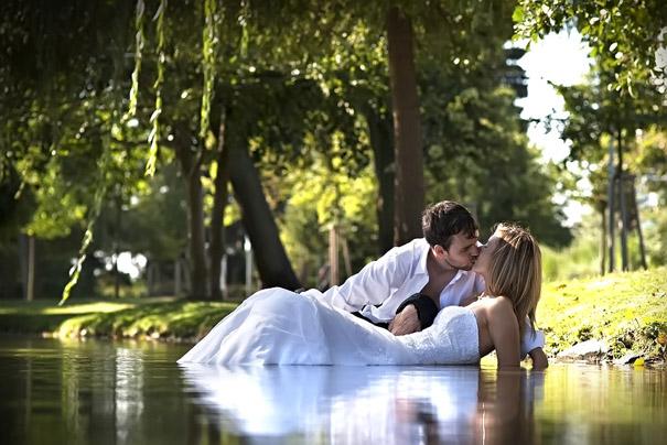 Novomanželé ve vodě